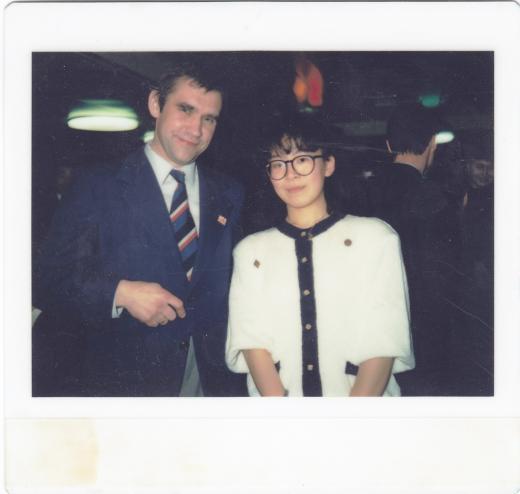 Jüri 1987. aastal Jaapanis sinimustvalge lipsuga. Nõukogude (NL) turistina.